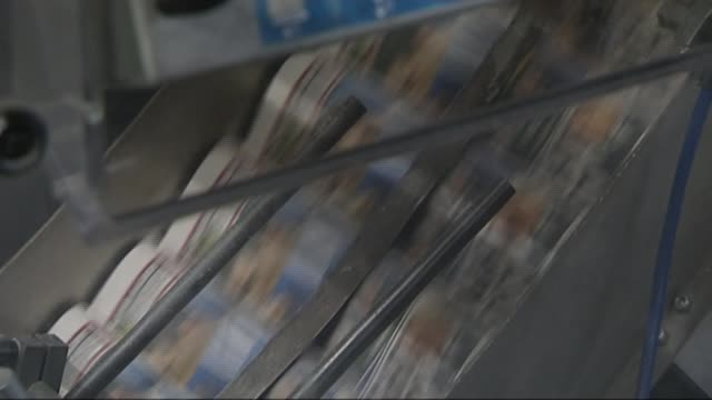 stockvideo's en b-roll-footage met publisher of the daily mirror buys the daily express r25021201 / broxbourne various of 'the sun on sunday' newspapers being printed at printing press - daily mirror