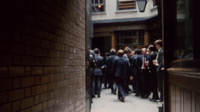 1985 MONTAGE Pubs and restaurants during the lunch hour in the business district / City of London, England†