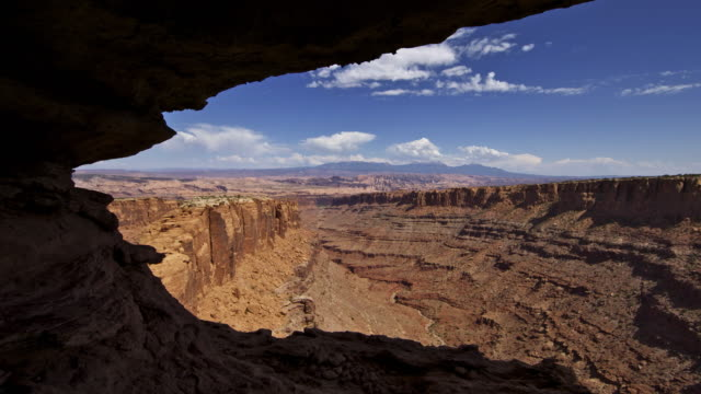 stockvideo's en b-roll-footage met pucker cave mid-day - grot