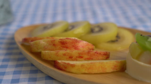 pudding fruits with kiwi and apple