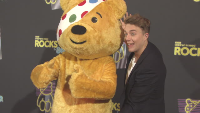 vidéos et rushes de pudsey, roman kemp at bbc children in need rocks the 80s at sse arena on october 19, 2017 in london, england. - bbc children in need