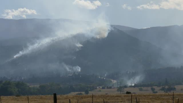 pueblo colorado beulah hill fire wildfire smoke rocky mountains - pueblo colorado stock videos & royalty-free footage