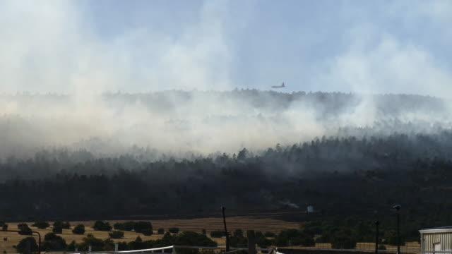 pueblo colorado beulah hill fire wildfire smoke slurry bomber plane - pueblo colorado stock videos & royalty-free footage