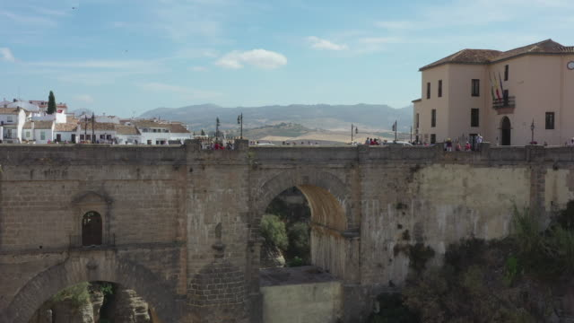 puente nuevo between the caynon and nearby village / ronda, spain - puente video stock e b–roll
