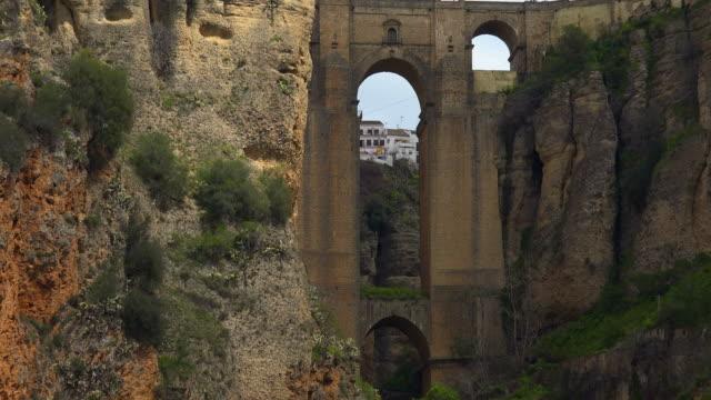 puente nuevo bridge across the gorge of rio guadalevin, ronda, andalusi - puente bildbanksvideor och videomaterial från bakom kulisserna