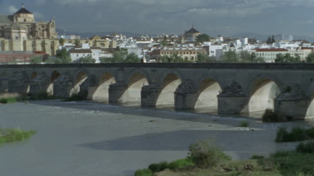 ws, pan, puente romano and la mezquita cathedral, cordoba, andalucia, spain - puente stock videos & royalty-free footage