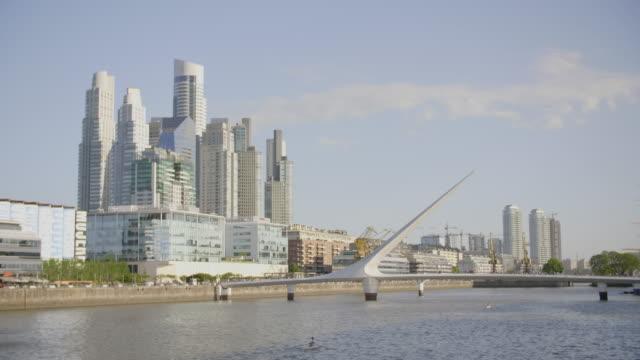 vídeos de stock e filmes b-roll de puerto madero architecture and women's bridge - puente