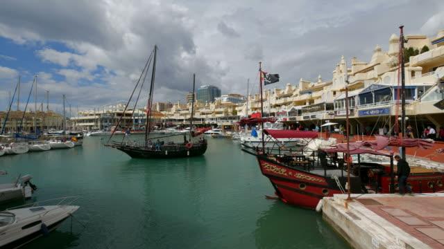 puerto marina, benalmádena, costa del sol, andalusia - スペイン国旗点の映像素材/bロール