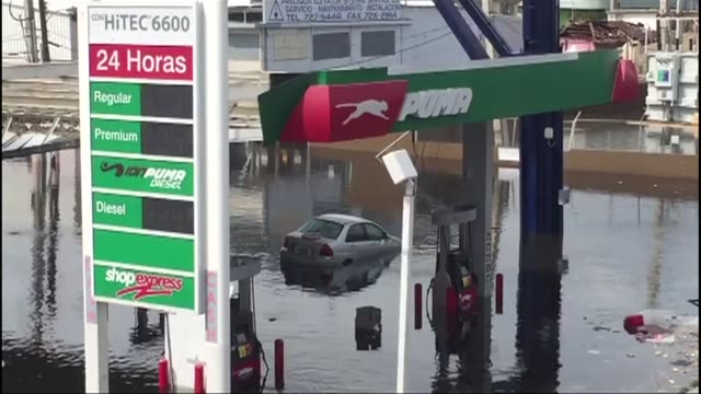 vídeos de stock, filmes e b-roll de puerto rico battles dangerous floods after hurricane maria ravaged the island as rescuers raced against time to reach residents trapped in their... - porto riquenho