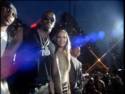 vídeos de stock e filmes b-roll de puff daddy and jennifer lopez are attending the 1999 mtv video music awards - 1999