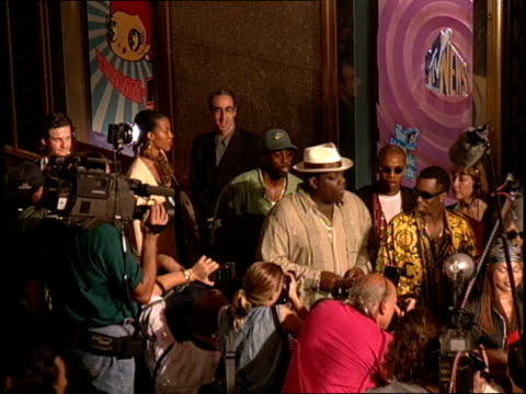 puff daddy and the notorious big are arriving to the red carpet of the 1995 mtv video music awards at radio city music hall - mtv点の映像素材/bロール