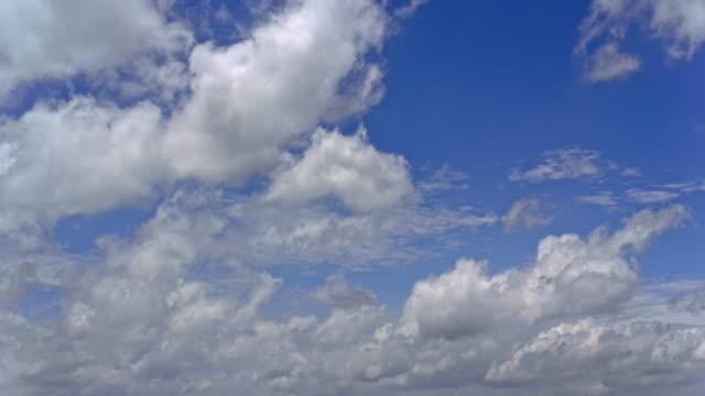 AERIAL Puffy nuages blancs sur un ciel bleu clair