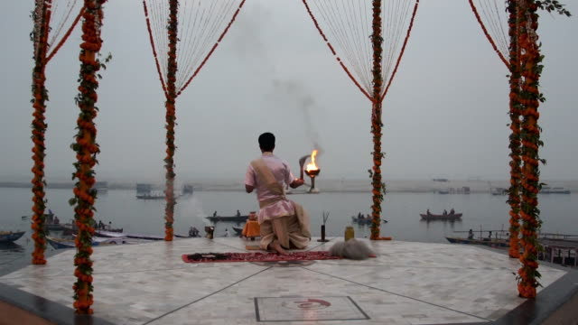 stockvideo's en b-roll-footage met puja performed in varanasi, india - ceremonie