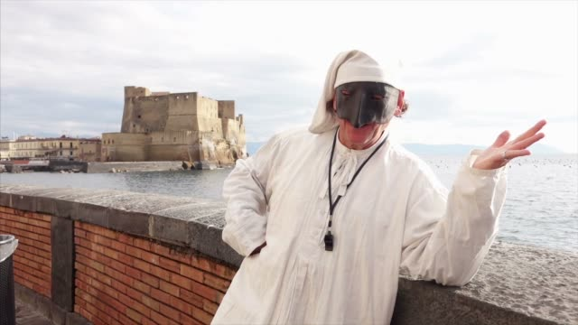 vidéos et rushes de masque traditionnel napolitain de pulcinella - acteur