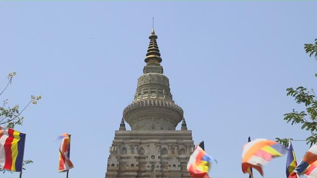 pull back bodhgaya temple entrance gaya bihar india - besichtigung stock-videos und b-roll-filmmaterial