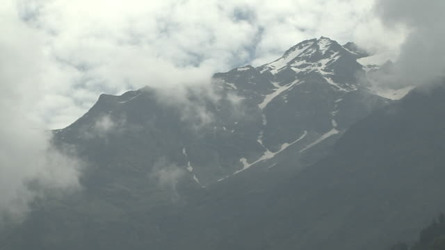 vídeos de stock, filmes e b-roll de pull back clouds mountains uttarakhand india - grupo pequeno de animais