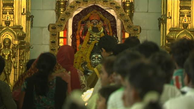 pull back devotees praying in somnath temple veraval gujarat - グジャラート州点の映像素材/bロール