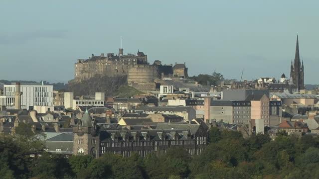 pull back edinburgh castle edinburgh scotland uk - edinburgh castle stock videos & royalty-free footage