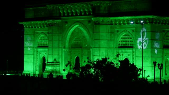 pull back gateway of india mumbai maharashtra - maharashtra stock-videos und b-roll-filmmaterial