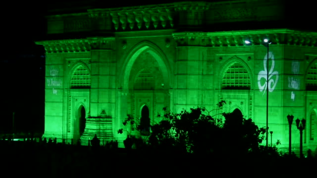 pull back gateway of india mumbai maharashtra - famous place stock videos & royalty-free footage