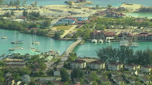 vídeos y material grabado en eventos de stock de pull back shot aerial mahe victoria mahe seychelles - seychelles