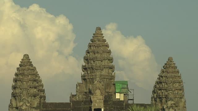 pull back shot angkor wat siem reap cambodia - 史跡めぐり点の映像素材/bロール