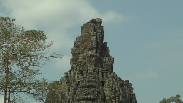 pull back shot bay on temple angor thom siem reap cambodia - 史跡めぐり点の映像素材/bロール