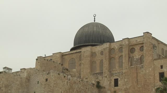 pull back shot city jerusalem israel - jerusalem stock-videos und b-roll-filmmaterial