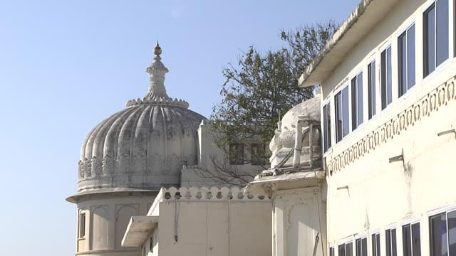 vídeos y material grabado en eventos de stock de pull back shot fathe prakash palace udaipur rajasthan india - palacio