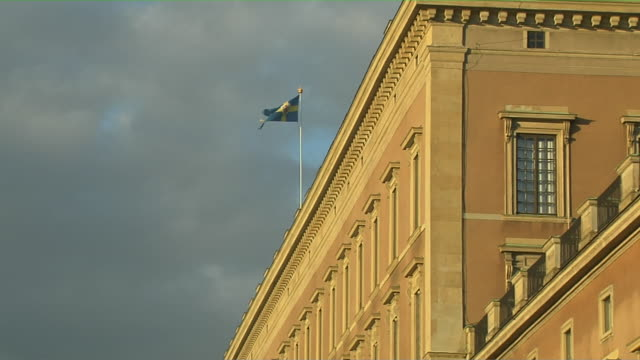 stockvideo's en b-roll-footage met pull back shot flag stockholm sodermanland sweden - politiek