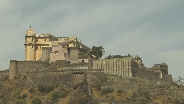 pull back shot kumbalgarh fort rajsamand rajasthan - fortress stock videos and b-roll footage