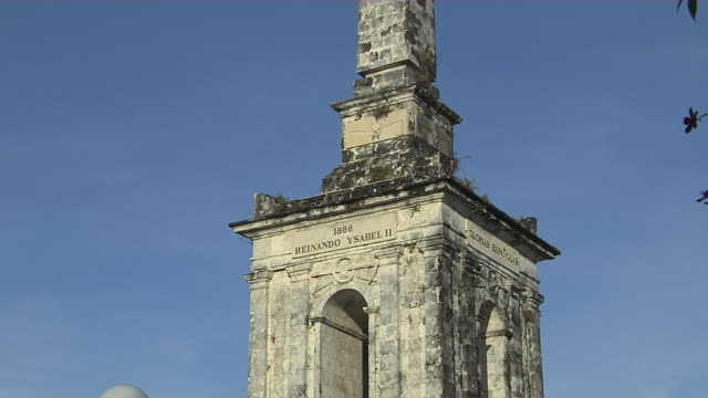 pull back shot magellan monument cebu bohol philippines - monumente stock-videos und b-roll-filmmaterial