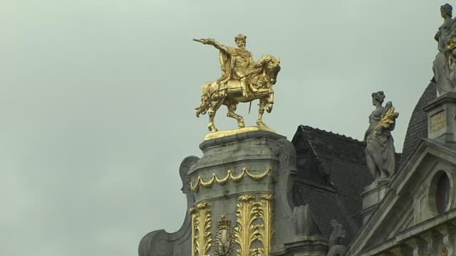 pull back shot ornate townhall brussels flemish brabant belgium  - stile del xvi secolo video stock e b–roll
