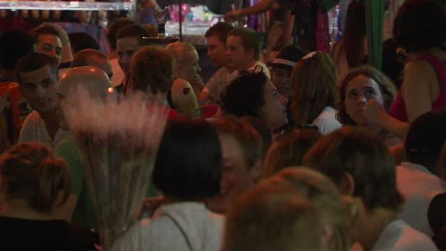 vídeos de stock, filmes e b-roll de pull back shot people at khaosan road bangkok thailand - cor de cabelo