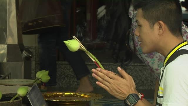 vídeos y material grabado en eventos de stock de pull back shot people in grand palace bangkok thailand - alfombra de oración