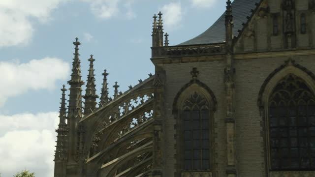 pull back shot st barbara church kutna hora czech republic - 宗教上のシンボル点の映像素材/bロール