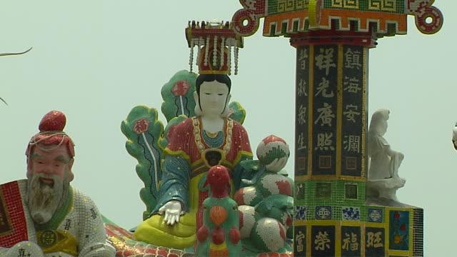 pull back statue tinhao temple hong kong china - rappresentazione di animale video stock e b–roll