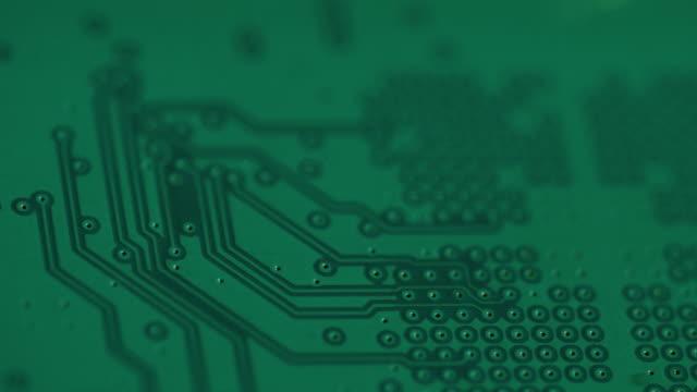 vidéos et rushes de pull focus across a flat circuit board away from camera. - simplicité