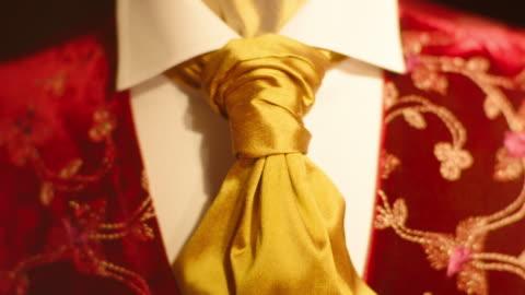 vídeos y material grabado en eventos de stock de pull focus from a golden cravat to a highly decorative red velvet waistcoat on a mannequin, jermyn street, london, uk. - estilo victoriano