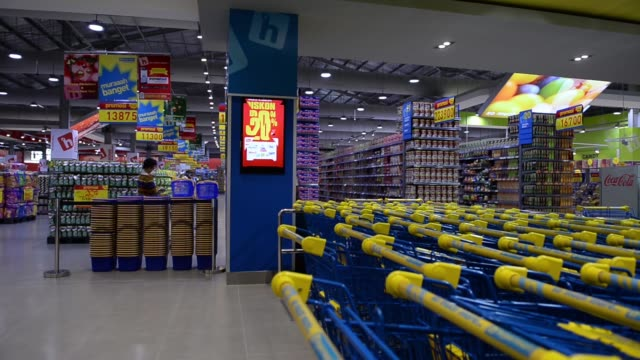 vídeos de stock, filmes e b-roll de pull focus into hypermart signage inside a hypermart supermarket operated by pt matahari putra prima in jakarta indonesia on friday jan 23 2015 pull... - medium group of objects