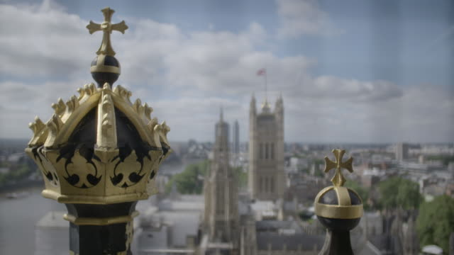 pull focus long shot from big ben/elizabeth tower across the palace of westminster, london. - シティ・オブ・ウェストミンスター点の映像素材/bロール