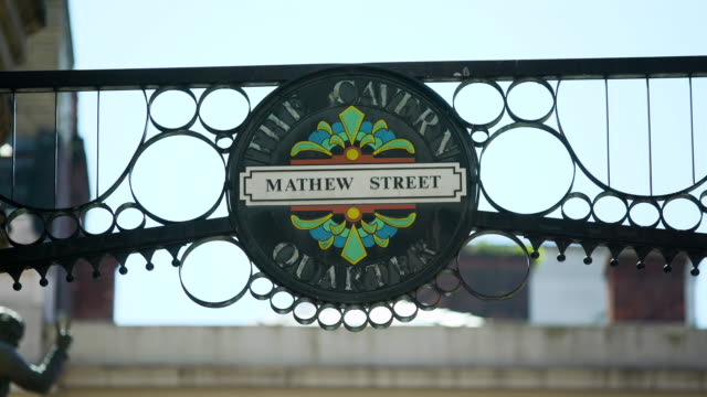 pull focus mathew street sign - road sign stock videos & royalty-free footage