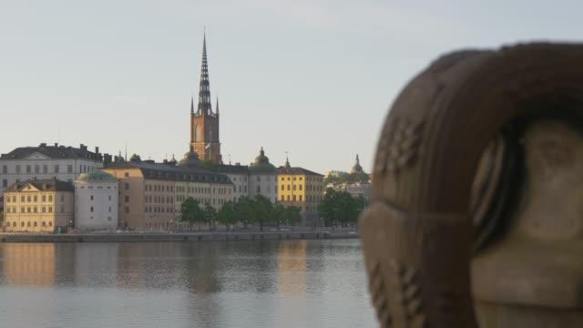 vídeos de stock e filmes b-roll de pull focus of riddarholmen church and flower container from town hall, stockholm, sweden, scandinavia, europe - edifício do governo local