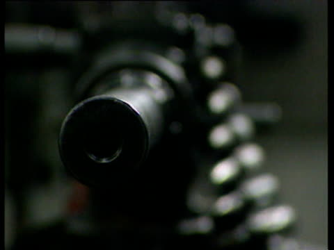 vídeos de stock, filmes e b-roll de pull focus on barrel of m60 machine gun - estilo dos anos 2000