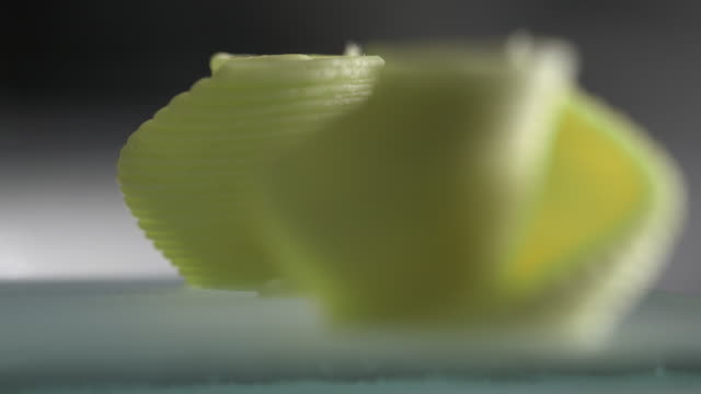 vídeos de stock e filmes b-roll de pull focus on two pasta shells created by a 3d printer. - rack focus