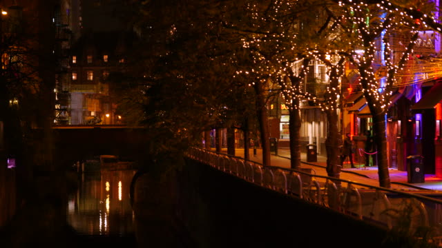 stockvideo's en b-roll-footage met pull focus onto canal street in manchester at night - scherpte verlegging