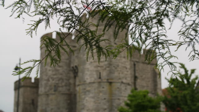vídeos de stock, filmes e b-roll de pull focus onto canterbury's westgate seen through foliage, kent, uk. - medieval
