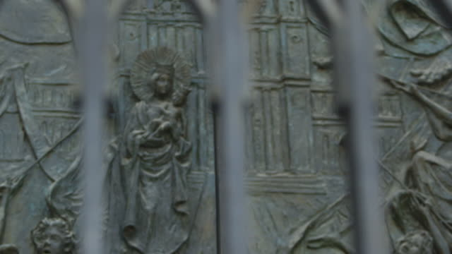 stockvideo's en b-roll-footage met pull focus onto the intricate carvings on the door of the almudena cathedral, madrid. - religieuze illustratie