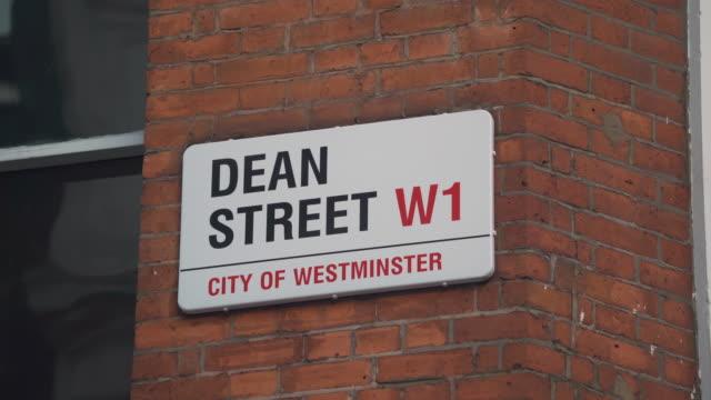 vídeos y material grabado en eventos de stock de pull focus shots on a street sign for london's dean street. - street name sign