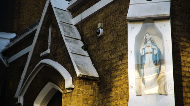 pull focus statue of virgin mary outside church, london - fade in video transition stock videos & royalty-free footage